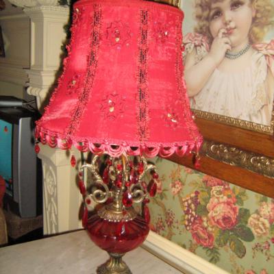 Lampe de table de style victorienne avec abat-jour rouge