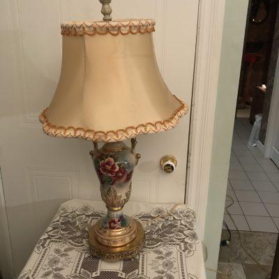 Lampe style victorienne avec un bouquet de rose en relief